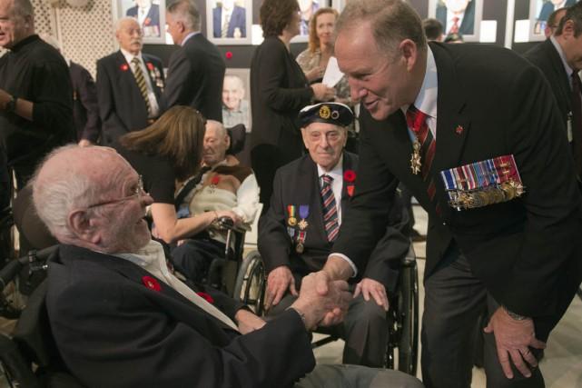 Les 17 vétérans ont reçu leur insigne des... (Photo PC)