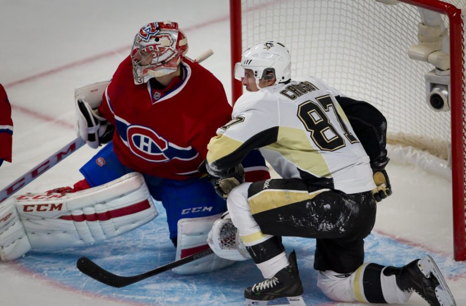 Sidney Crosby tente de distraire Carey Price. (André Pichette, La Presse)